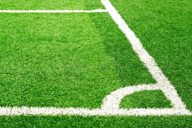 erba-verde-del-campo-di-calcio-e-linea-d-angolo-bianca-55507544